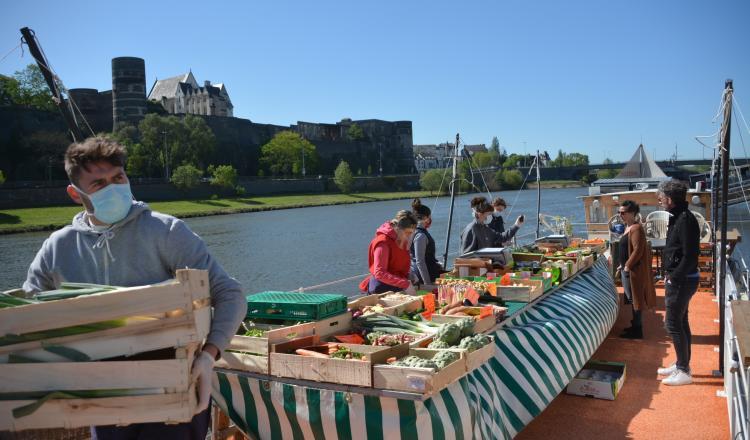 """Parmi les lieux où les maraîchers viennent vendre leurs produits à Angers dans le cadre de l'opération """"Adopte un maraîcher"""", le bar à vins Barco vino, sur une péniche."""