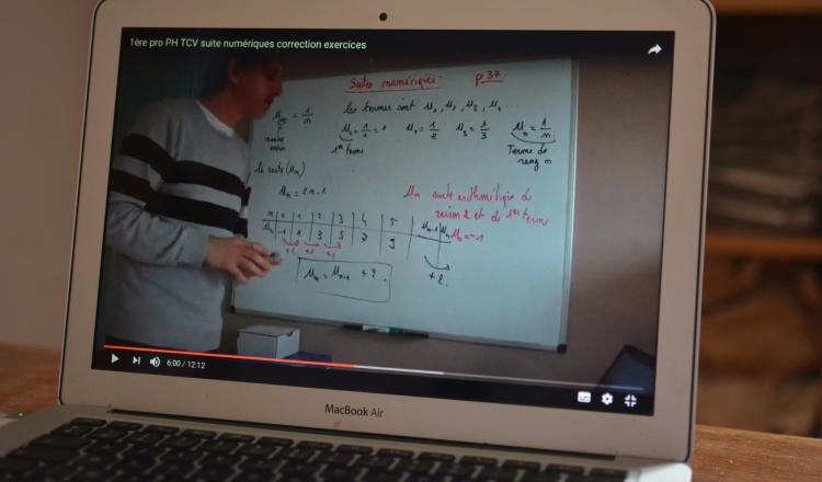 Au lycée agricole et horticole du Fresne, Faustin Varra, prof de maths et d'informatique, a créé sa chaîne YouTube où il propose ses cours sous forme de modules de quinze minutes.