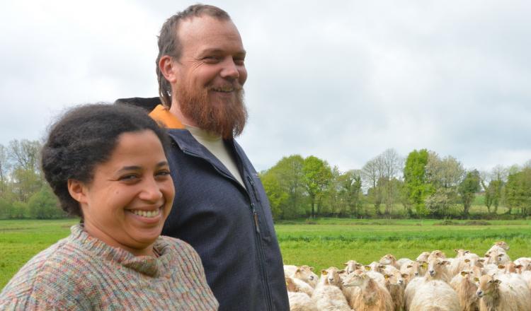 Aline Madrid et Christophe Gouabault veulent inciter les gens à financer le rachat de six hectares sur leur ferme, via la coopérative de foncier Passeurs de terre.