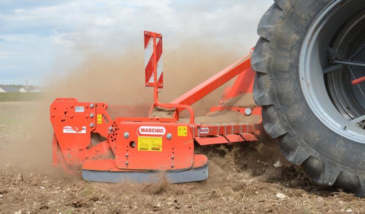 L'activité biologique, concentrée dans les cinq premiers centimètres du sol, est plus intense en semis direct qu'en labour. La herse rotative est l'outil de travail du sol le plus violent pour la vie biologique, elle détruit les hyphes des champignons.