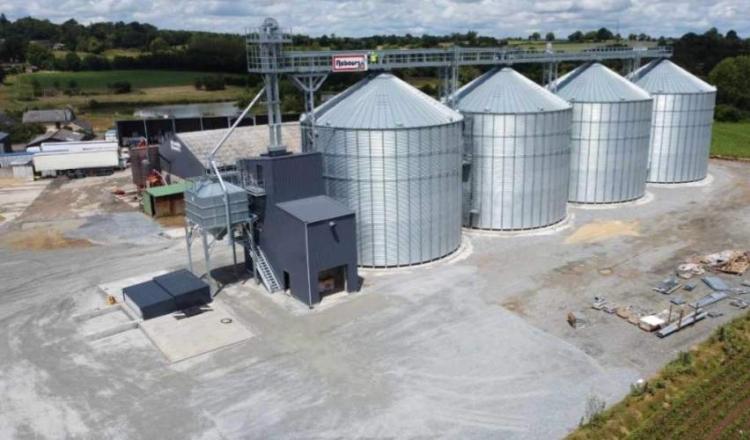 Le silo peut stocker 10000 tonnes.