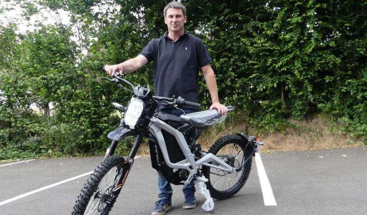 Ludovic Cochet a déjà vendu 50 motos électriques en un an. Elles ont été adoptées par les céréaliers et les agriculteurs pour leur silence, leur poids et leur rapidité.