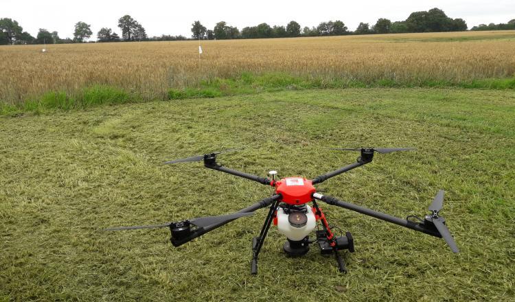 Le drone peut embarquer 10 kg de semences. Il épand sur une largeur de six mètres.