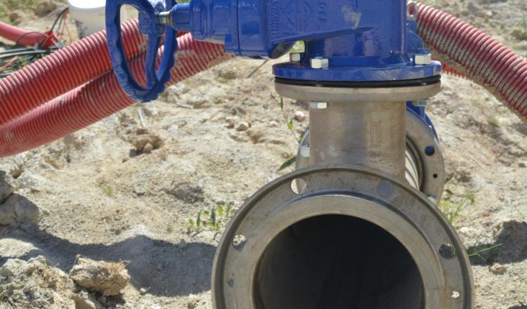 Le système d'irrigation (station de pompage, canalisations enterrées, etc.) représente en général entre un tiers et deux tiers du coût de la réserve.