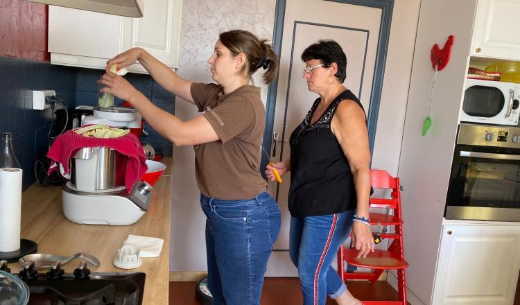 Annette Brasseur, la mère de Benoît, vient aider Anne-Sophie à cuisiner pour tous les travailleurs du chantier.