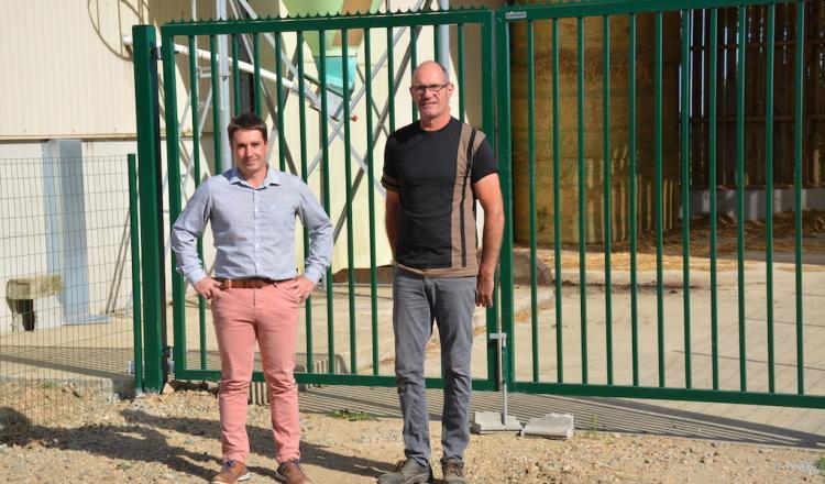 Yvan Lucas et Alexandre Le Dret, technicien d'Evel Up, en dehors de la zone professionnelle et devant le hangar à paille...