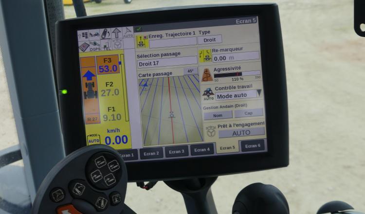 L'écran du système de guidage permet de commander et de suivre le chantier.