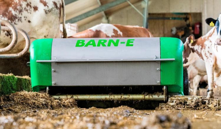 Le robot autonome Barn-E est doté d'un rotor à pales pour ramasser le lisier et la litière.