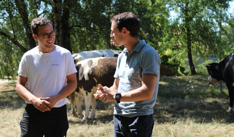 """Erwan Spengler (à droite), en compagnie d'un des éleveurs partenaires: """"Nous leur offrons un nouveau débouché plus..."""
