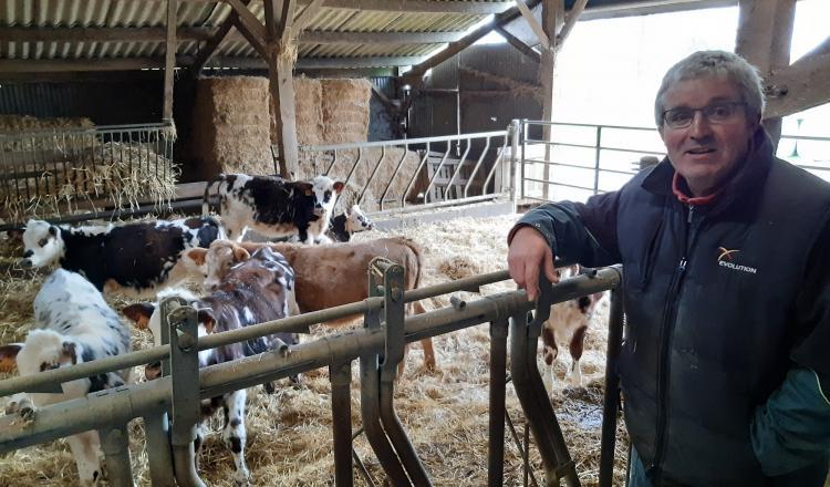 La coop Evolution a célébré son 420 000e génotyage chez Vincent Gesland, éleveur à Brecé.
