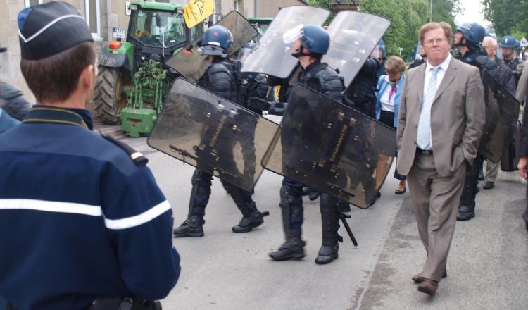 L'installation de la commission d'enquête publique, le 21/juin 2012 à Notre-Dame-des-Landes, ne s'est pas faite dans la...