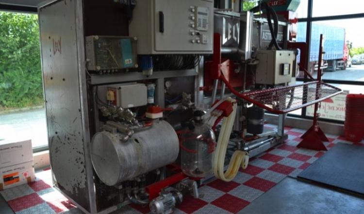 Ce premier robot de traite installé chez le couple  Liberge est aujourd'hui une pièce de musée, exposé au magasin DB Elevage d'Aron.