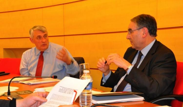 Christophe Noël (à gauche), directeur et Jean-Louis Roveyaz, président de la Caisse régionale de Crédit Agricole de l'Anjou et du Maine se félicite d'un début de reprise des investissements en 2013.