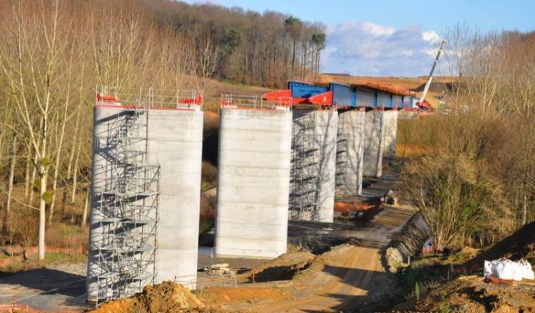 Le viaduc de La Courbe (photo) sera terminé au printemps, et d'ici la fin de l'année le parcours de la LGV sera entièrement raccordé; la pose des rails pourra commencer.