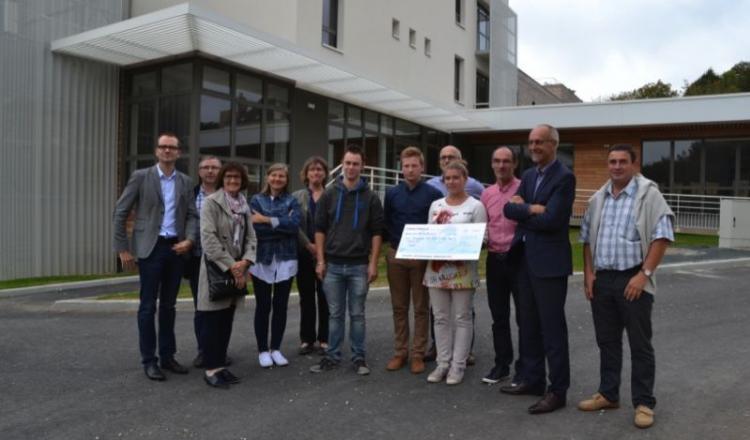 Les trois étudiants du lycée Rochefeuille ont reçu leur chèque de 1000€ mardi 27 septembre.
