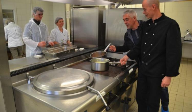 Didier Girard et Sébastien Guittois dans les cuisines du lycée agricole de Château-Gontier. Elèves et encadrants s'affairent à confectionner des rillettes de carpes.