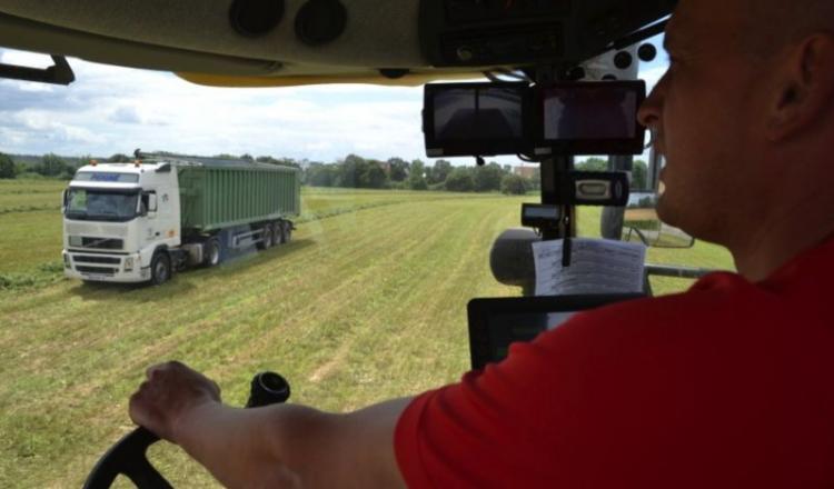Au volant de son ensileuse, Anthony communique l'état d'avancement du chantier aux différents chauffeurs des bennes. Ainsi, ils peuvent savoir s'il y a besoin ou non d'un camion supplémentaire.