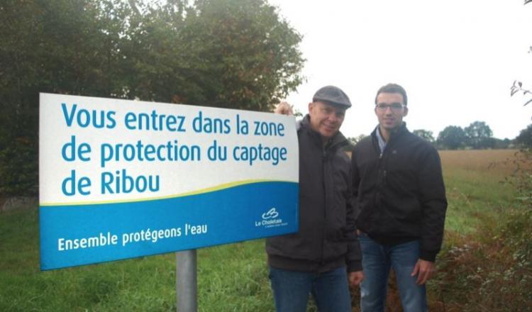 """Laurent Loiseau (à droite): """"L'objectif n'est pas de pouvoir développer nos exploitations, ce projet doit juste nous permettre de ne pas être en excédent de phosphore et de nous éviter d'importer de la matière."""""""