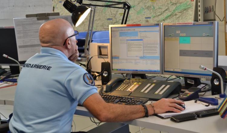 """A Laval, le Centre opérationnel de gendarmerie est la cellule de veille en activité 24 heures sur 24, 7 jours sur 7, toute l'année. """"Un appel ne tombe jamais dans le vide."""" Plusieurs cambrioleurs ont pu être pris sur le fait suite à un signalement au téléphone."""