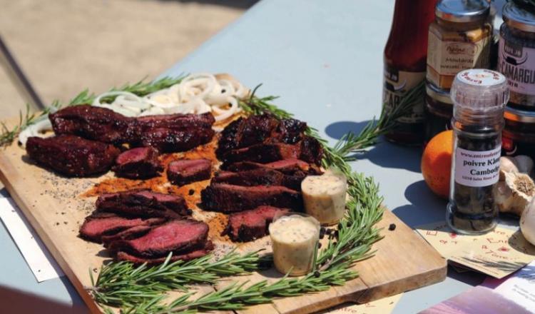 Un bon steak se définit par son goût et sa tendreté. Cela tient à son persillé, sa maturation, son élevage. Franck Ribière et Vérane Frédiani proposent un tour des bonnes adresses, des exemples à suivre.