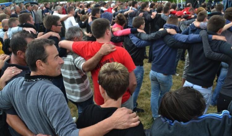 """Les images des centaines de tracteurs ont fait le tour des médias. Mais les manifestants retiendront sûrement aussi ce moment où ils ont scandé """"Tous ensemble!"""" en se tenant les épaules. Un moment rarement vécu dans une manifestation agricole."""