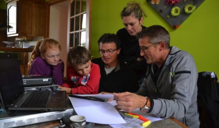 Benoît Roussel présente éCow à Sandrine et Sylvain Renaud (et leurs enfants Mathis et Marine). Le logiciel va faciliter les choix des éleveurs et de leur conseiller pour la conduite de l'élevage.