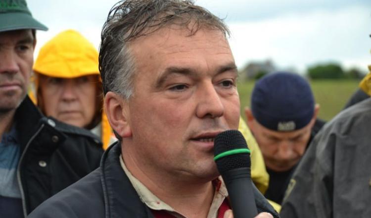 Gaëtan Thomas,  éleveur à Bouère. Sa ferme est l'une des trois mises sous séquestre dans le cadre de la pollution aux PCB dans le Sud-Mayenne, autour de l'usine Aprochim. C'est également une des fermes témoins.