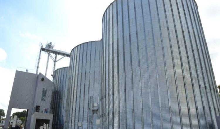 Le nouveau site de stockage de la Cam de la Croixille peut stocker près de 12 000 t. Il peut aussi bien desservir les ports que les usines d'aliment bretonnes. En Bretagne, les silos se trouvent directement près des usines d'aliment.