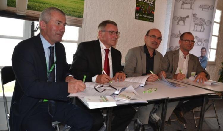 """""""On va parler de filière, cela est nouveau. Cette alliance est unique, c'est la première en lait."""" Jean-Yves Rissel, président de Coralis, Jean-Pierre Mourocq, d'Evolution, Arnaud Degoulet d'Agrial et Pascal Heurtel d'Eurial, ont signé cet accord de partenariat."""