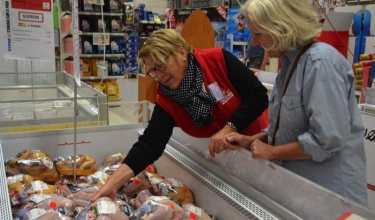 A Mayenne, Monique Laisnard décrit la conduite des volailles label aux client(e)s.