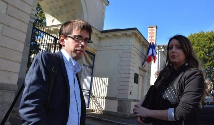 """Quentin Guillemain, ici devant la préfecture de Laval avec la vice-présidente de son association, a profité d'être en Mayenne pour l'affirmer: """"Les salariés de Craon ne sont pas mes ennemis, les producteurs non plus, et Lactalis en soi ne l'a jamais été. Notre objectif, c'est que ce type d'incident ne se reproduise pas."""" A Craon, """"la situation semble stabilisée""""."""