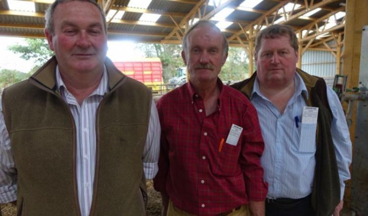 Fidèles à la Rouge des prés, Mark Bell et Clive Houldey, deux fermiers écossais de Lockerbie et Craig Thompson, négociant anglais, sont venus assister à la vente aux enchères des 55 animaux présentés.
