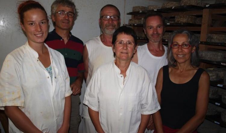 Christian et Anne Bastard, en compagnie d'une partie des salariés. En 2015, leur fromagerie a transformé 380000 litres de lait. (site: paysansfromagersnantais.fr).