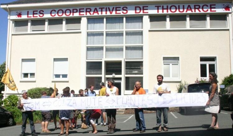 """Julien Rousselot, porte-parole des faucheurs volontaires (2e à droite): """"On ne veut pas stigmatiser la CAPL. On s'adresse aux agriculteurs et au grand public pour les informer, et cette action vise au final à faire bouger les pouvoirs publics."""""""