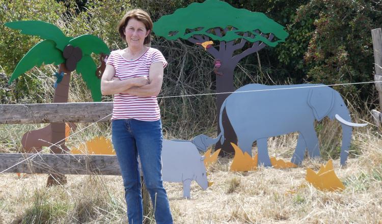 Des décors soignés pour les saynètes comme celle des animaux d'Afrique derrière Blandine Martineau.