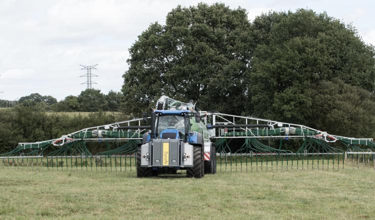 Une cuve d'acide sulfurique protégée par une solide armature est installée sur le relevage avant du tracteur. Lors de l'épandage, un circuit sécurisé injecte dans le lisier une quantité précise d'acide en fonction du pH visé à l'arrivée.