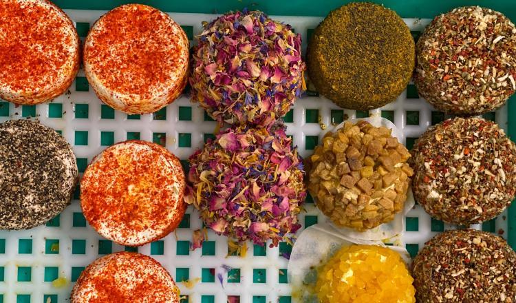 Des fromages aux fleurs, aux épices, aux herbes...