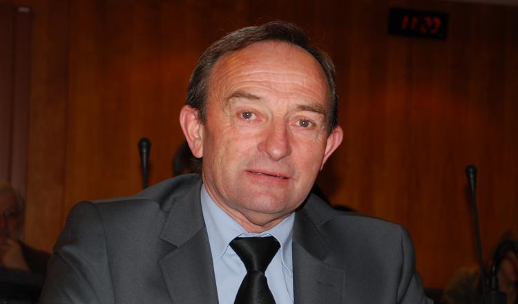 """Ancien producteur de lait, Claude Tarlevé, 70 ans, est aujourd'hui le """"Monsieur Agriculture"""" du conseil départemental de la Mayenne."""