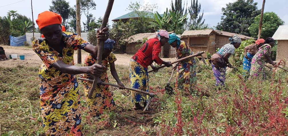 """L'activité paysanne doit permettre de redonner dignité à ces 800 femmes. """"Certaines parcourent jusqu'à 15 km avec des paquets de près de 50 kg sur la tête, qu'elles vendent pour quelques miettes."""" (photo Kitumaini/Afdi)"""