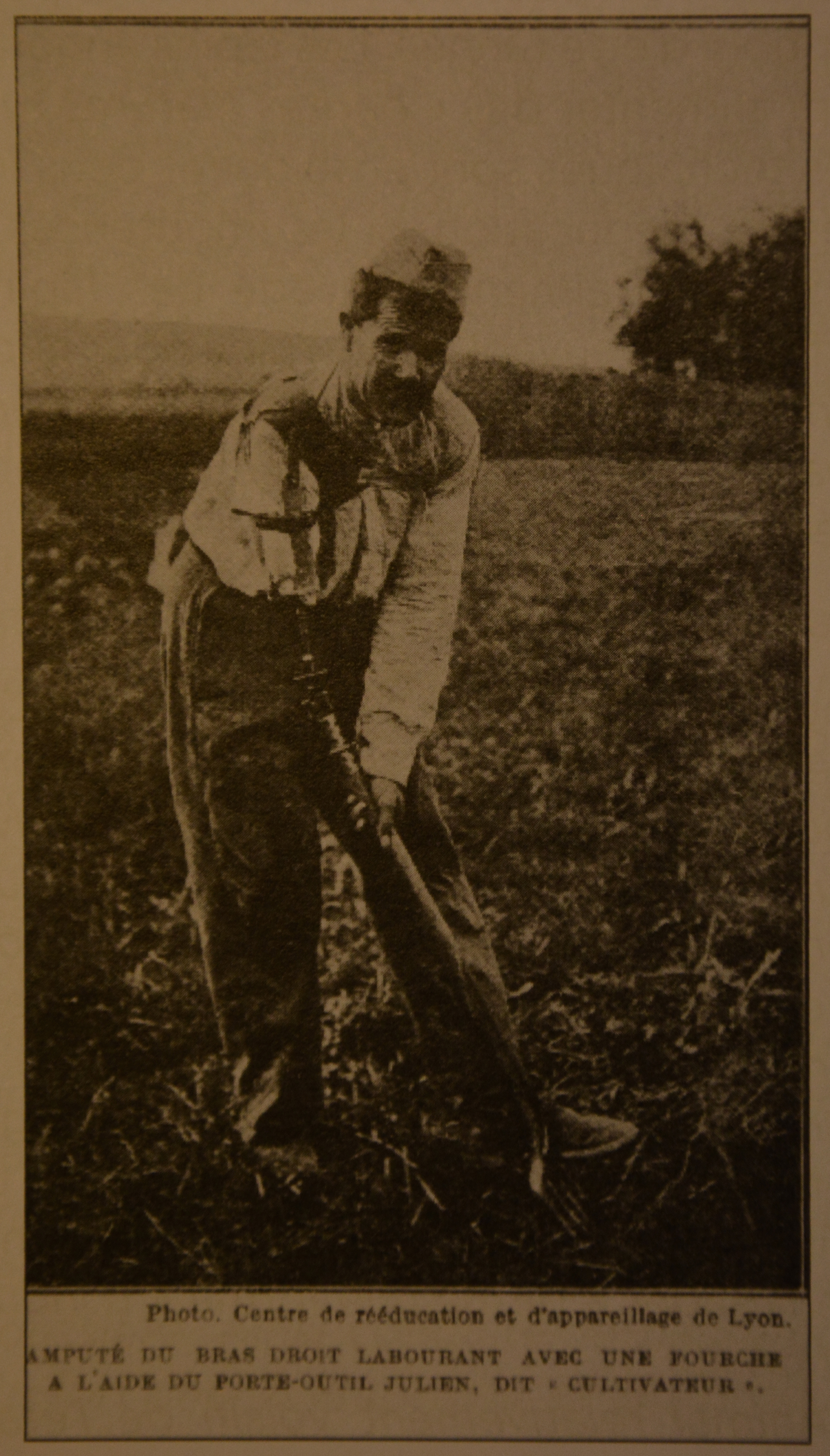 Amputé du bras droit labourant avec une fourche à l'aide du porte-outil Julien. (Photo du Centre de rééducation et d'appareillage de Lyon ; paru dans l'Oribus 108).