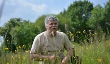 """François Pelletier: """"La biodiversité dans les prairies, ça fait un très bon foin. L'hiver c'est ce que mangent les vaches, elles se jettent dessus, la diversité c'est appétant, il y a une bonne valeur alimentaire."""""""