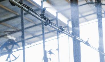 Grâce à des capteurs, dès qu'une vache s'avance aux cornadis, la douche et le ventilateur se déclenchent sur une zone de 15 mètres. (photos DeLaval)