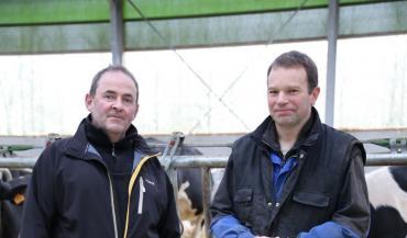 Mickël Grall (à droite) s'est appuyé sur Pierre Leroy (à gauche, de Cultivert, pour le conseiller dans l'équipement de son bâtiment neuf.