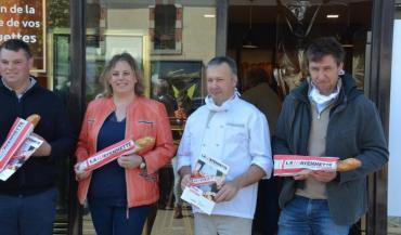 Les représentants des agriculteurs, Damien Pervis, des boulangers, Sandrine Ribot et Joël Labbé, et l'un des trois meuniers, Thomas Rioux, autour de la Mayennette, le 14/mai.
