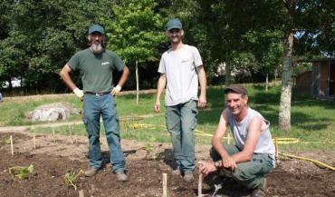 Préparer le terrain, planter, arroser, pailler pour garder la fraîcheur, etc. Les agents de la ville de Nantes ont travaillé par secteurs sur une cinquantaine de sites.