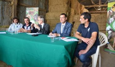"""Le préfet de la Mayenne, Jean- Francis Treffel, a été reçu par la FDSEA53 et JA sur une exploitation de Bonchamp-lès-Laval, pour évoquer les ZNT. """"Jusqu'à présent, j'avais une vision administrative et réglementaire du sujet"""" admet-il."""