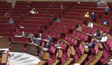 L'Assemblée nationale adopte le 3ème budget d'urgence du projet de loi finances rectificative.