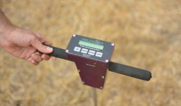 Le pénétromètre permet de mesurer la compaction du sol. Moins il est compacté, plus les possibilités d'infiltration de l'eau dans le sol seront importantes pour constituer une réserve utile à la plante.