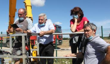 Serge Provost (à gauche) a tenté de joindre Orange mardi 4/août pour avoir une réponse concernant leur demande de déplacer cette antenne qui surplombe l'exploitation du couple sarthois Brault.