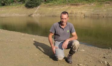 Pour arroser ses cultures, Franck Boursier s'appuie sur un étang d'une capacité de 45 000 m3. Or depuis quelques semaines, le niveau a bien baissé et il n'y a plus actuellement que 2 mètres de fond.
